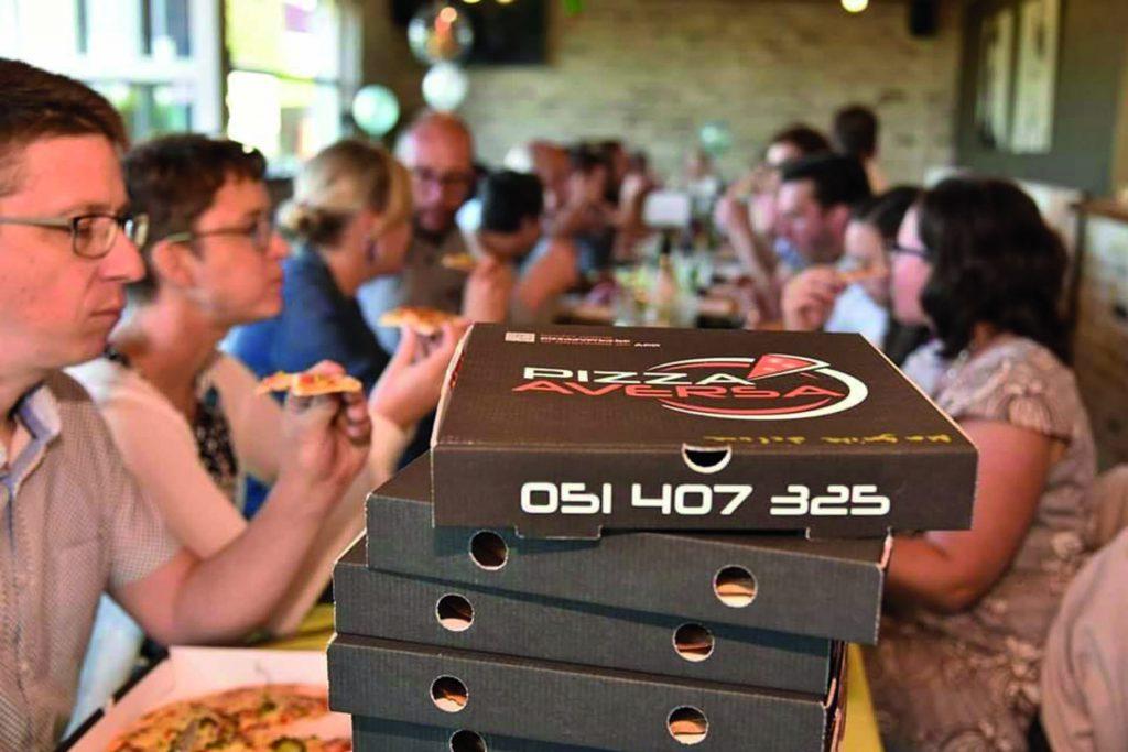 Onze klanten genietend van hun pizza's